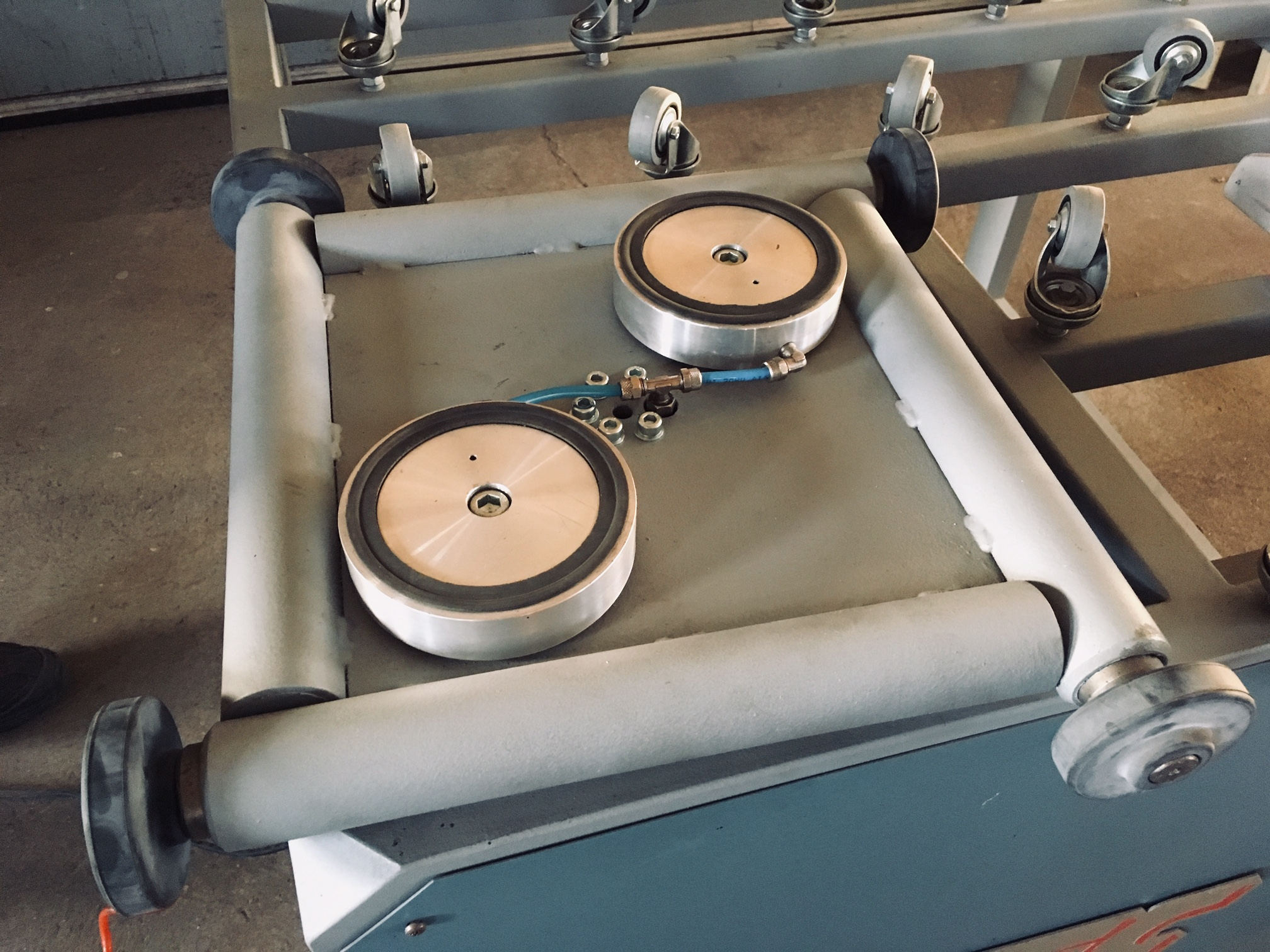 Sealing turn table